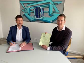 NJL-Geschäftsführer Thomas Schlüter (links) und Landrat Dr. Steffen Burchhardt bei der Unterzeichnung