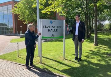 Täve Schur (links) und Landrat Steffen Burchhardt bei der Enthüllung der Namenstafel © Landkreis Jerichower Land