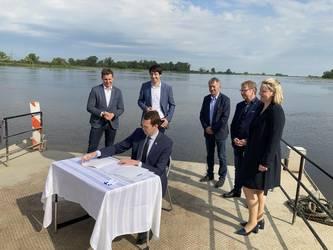 Anrainer unterzeichnen Kooperationsvertrag zur Fährverbindung © Landkreis Jerichower Land