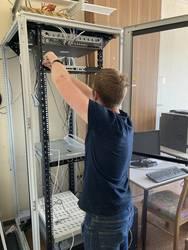 Ein Mitarbeiter installiert den neuen Server © Landkreis Jerichower Land