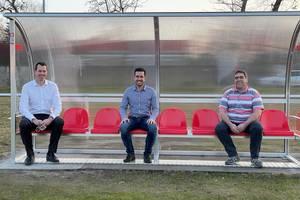 Probesitzen auf den neuen Trainerbänken für den SV Union Heyrothsberge (v. l.) Landrat Dr. Steffen Burchhardt, Carsten Böhme (Schatzmeister SV Union Heyrothsberge) und Steffan Göhler (Geschäftsführer Kreissportbund)