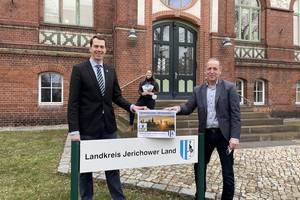 v. l. Landrat Dr. Steffen Burchhardt, Claudia Hopf-Koßmann (Landkreis), Wolfgang Zahn (AMG)