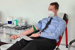 Landrat Dr. Steffen Burchhardt spendete Blut