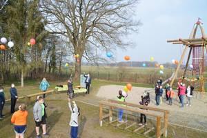 Alle Versammelten lassen während der Einweihung Luftballons empor steigen