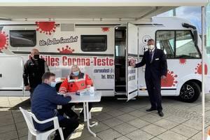 Beigeordneter Thomas Barz präsentiert das mobile Corona-Testcenter