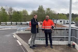 Landrat Dr. Steffen Burchhardt und AJL-Geschäftsführer Dr. Henning Gehm im Gespräch auf der neu errichteten Rampe