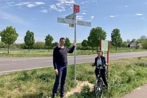 Landrat Dr. Steffen Burchhardt und Isabel Klose, Radwegekoordinatorin in der Kreisverwaltung, vor dem Knotenpunkt Nummer 91 bei Hohenseeden
