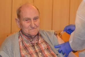 Walter Fleischer erhält Corona-Schutzimpfung