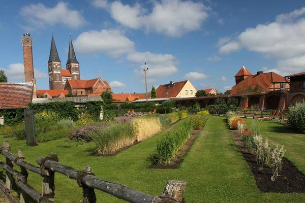 Kloster Jerichow mit Klostergarten ©Kloster Jerichow